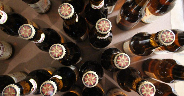Garrafa de cerveja: entenda por que a maioria é marrom