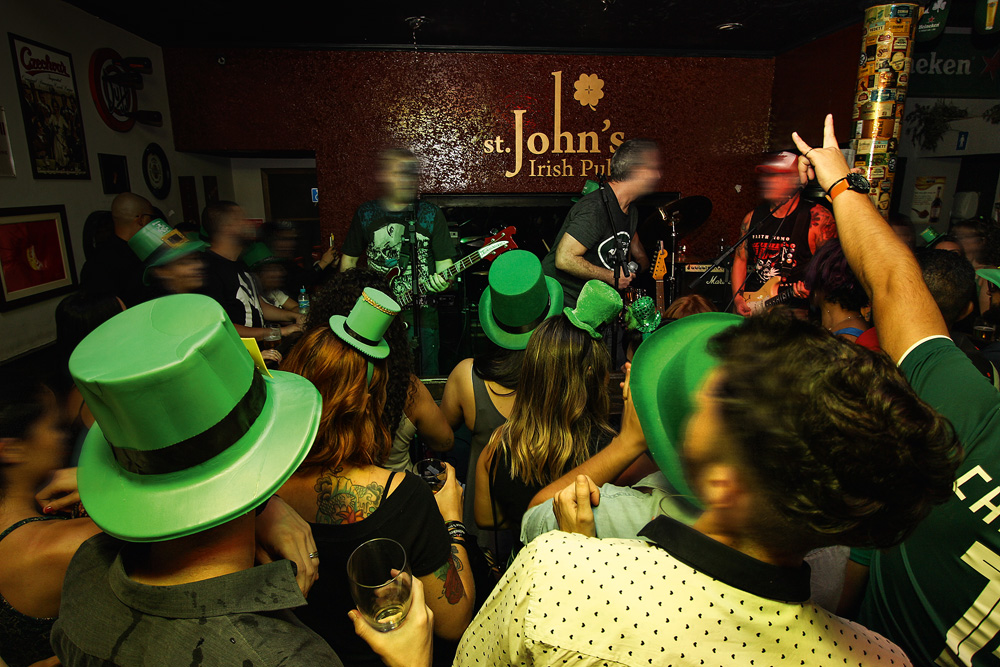 St. John's Irish Pub e o seu Saint Patrick's Day com chope verde Paulistânia